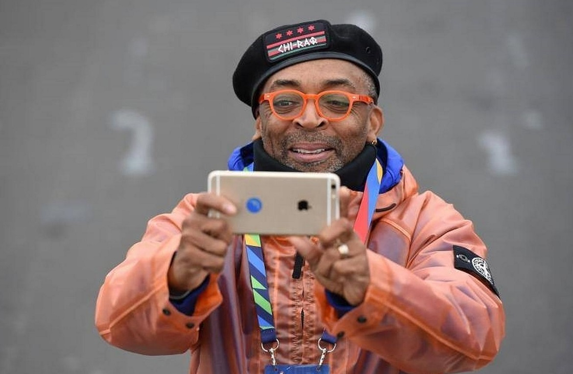 El director Spike Lee tomando fotos con su iPhone en el TCS New York City Marathon 2015.
