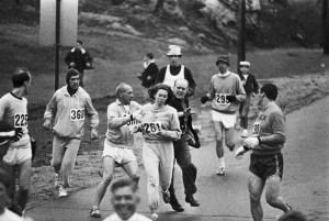 Le marathon de Boston, c'est aussi la 1ère fois qu'une femme, Kathrine Switzer, court cette distance, illégalement, en 1967.