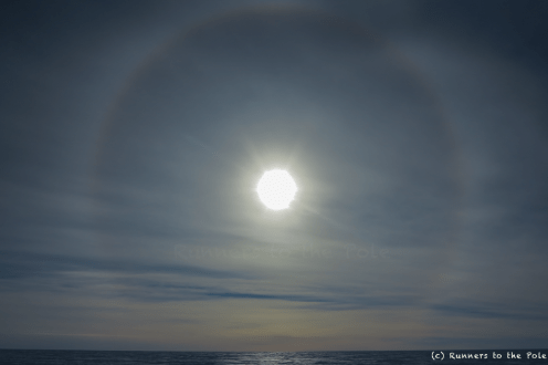 Lorsque le vent se lève, et soulève des particules de glaces, le soleil s'entoure parfois d'un halo parfait.