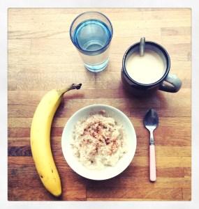 Ontbijt van havermout, banaan, kaneel, water en koffie