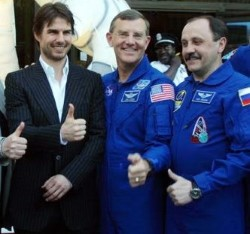 tom-cruise-nasa-thumbs-up