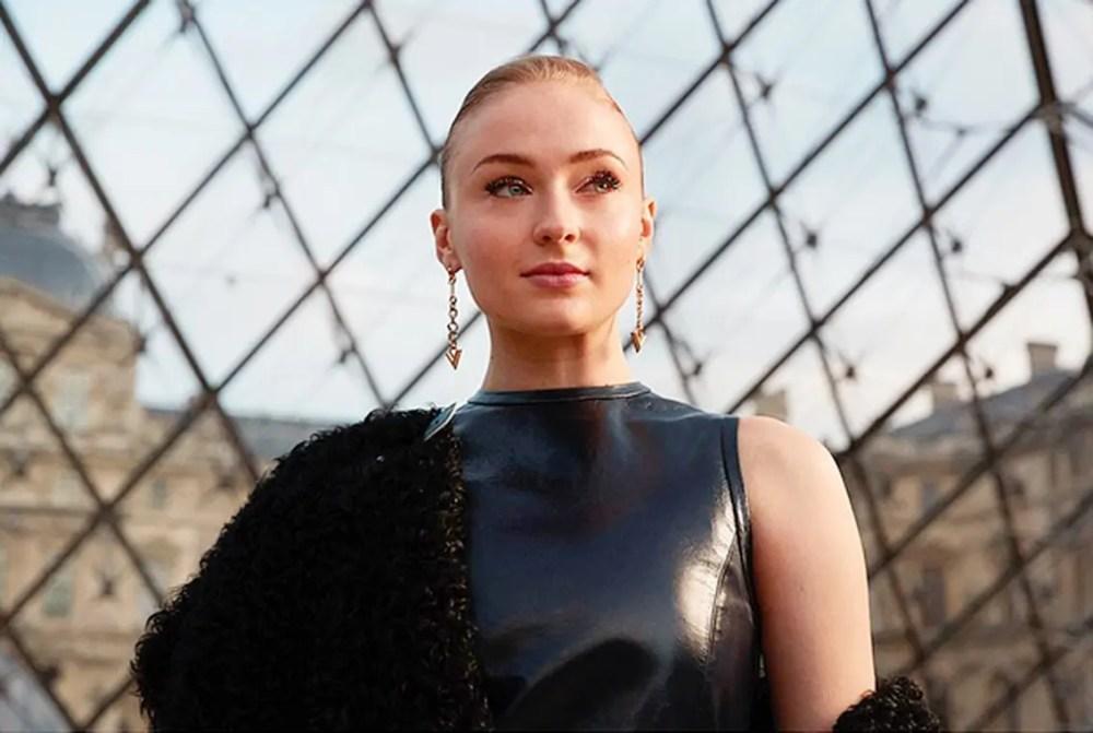 Louis-Vuitton-Nicolas-Ghesquiere-Sophie-Turner-PFW-photo-thomaslohrsstudio-eleonora-de-gray-editorinchief-1official-runwaymagazine