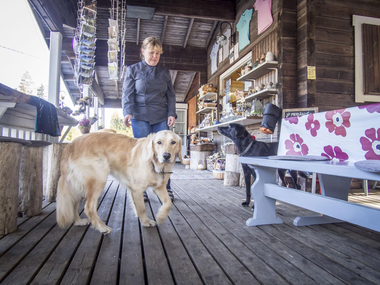 Yrittäjien koirat toivottavat myös koira-asiakkat tervetulleiksi. Listalta löytyy annoksia myös nelijalkaisille perheenjäsenille.