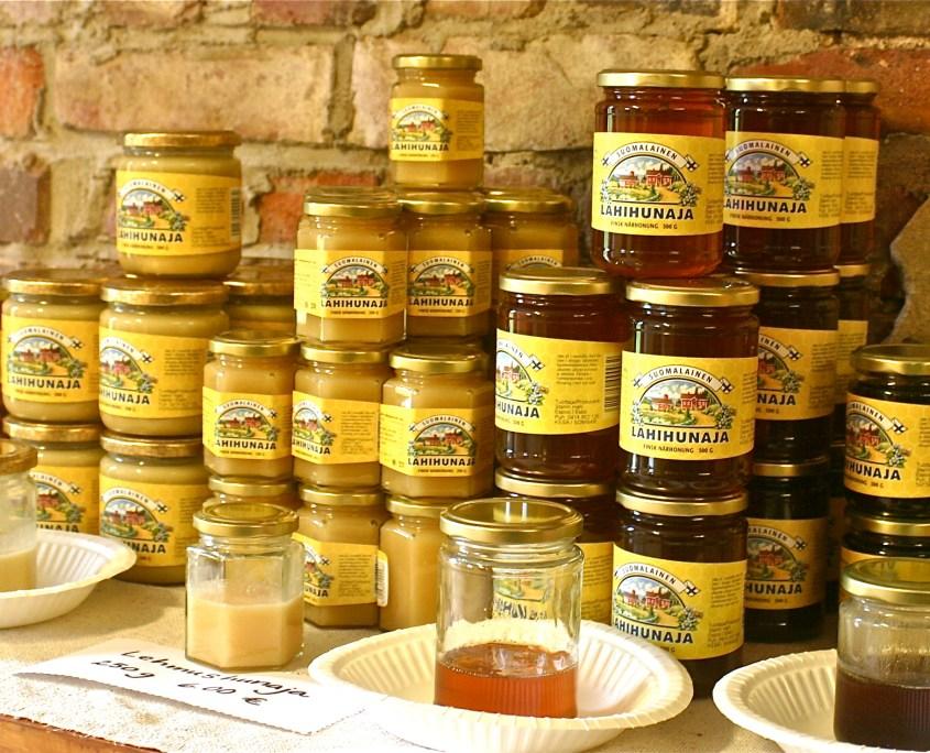 Tilan mehiläiset huolehtivat omenapuiden pölytyksestä ja tuottavat hunajaa myyntiin.