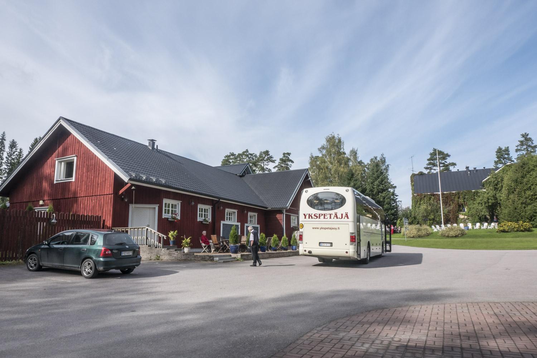 Kesäajan ulkopuolella Rönnvikissä vierailee etenkin ryhmiä. Oveen saa koputtaa, vaikka se ei olisikaan auki, Eila Rönni lupailee.
