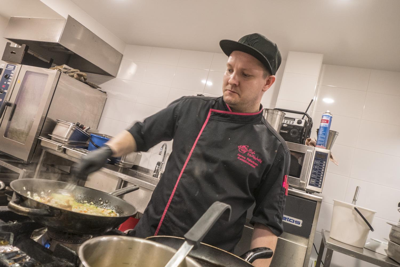 Keittiömestari Jarmo Räisänen valmistaa kantarellirisottoa.