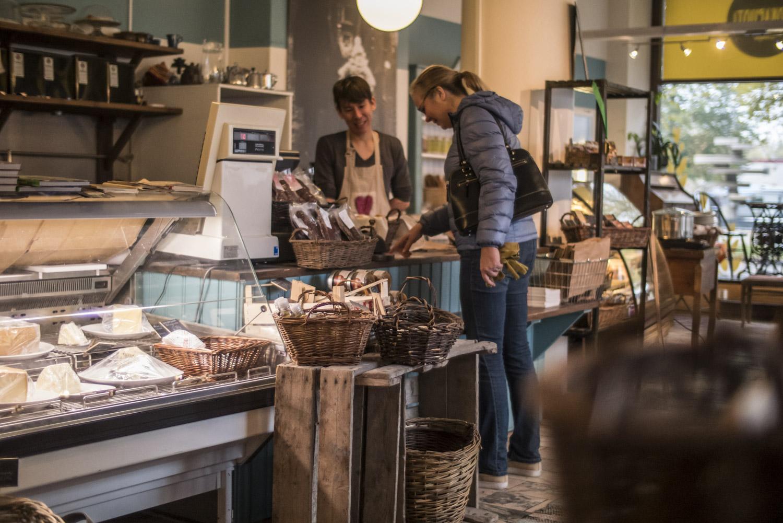 Heini Niklas-Salminen kävi ostamassa hilloja lähiruokakauppa Lempistä illan tilaisuutta varten.