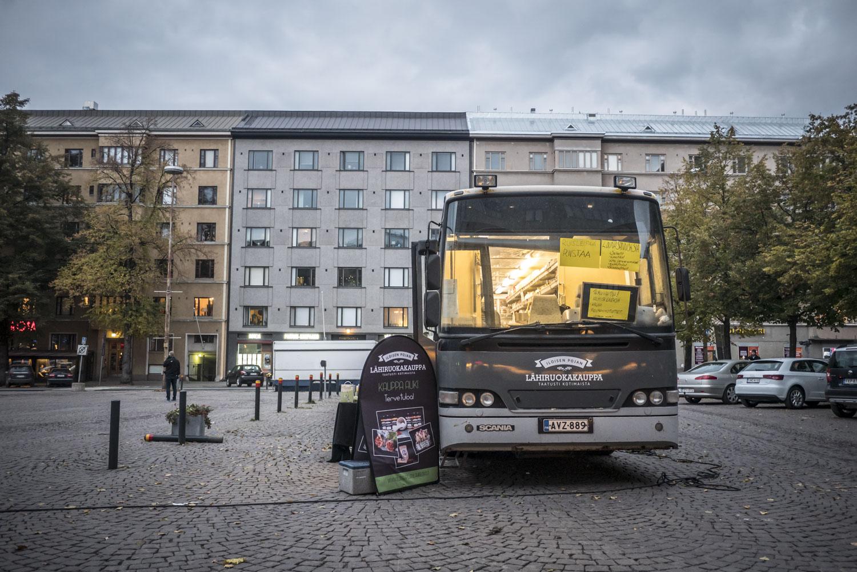 Iloisen Pojan lähiruoka-auto Töölön torilla.