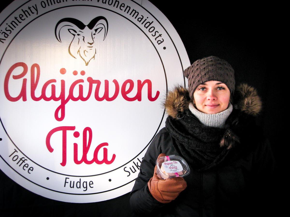 Ida ja Asko Alajärvi kiertävät myös lähialueen markkinoita. Aina mukana on myös maistiaisia uusista makuelämyksistä.