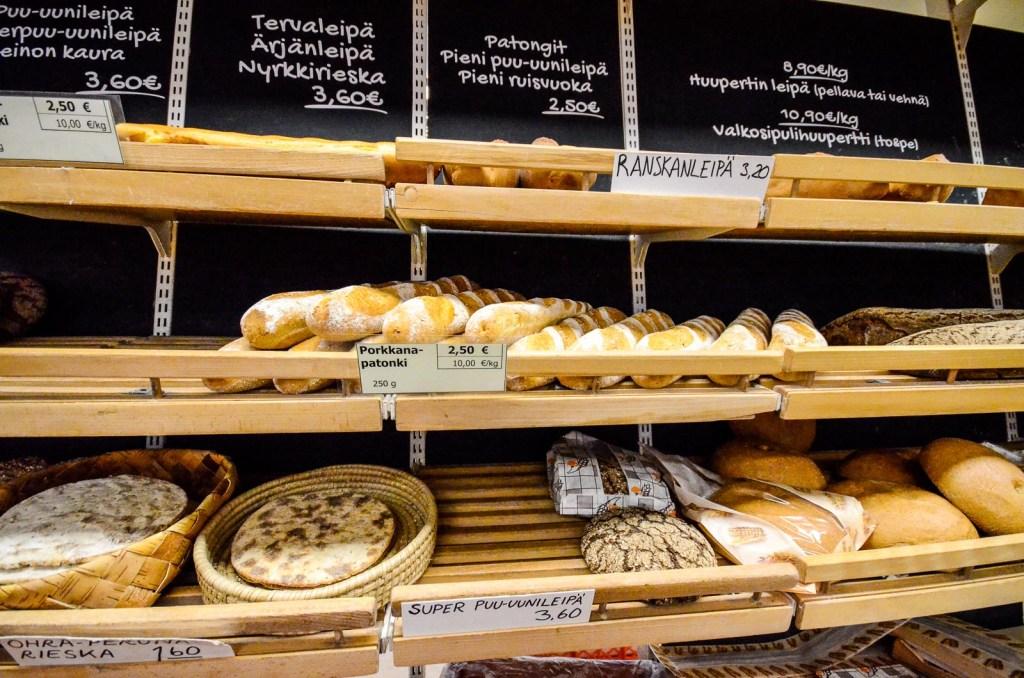 Heikkisen leipomon leipähyllyjä