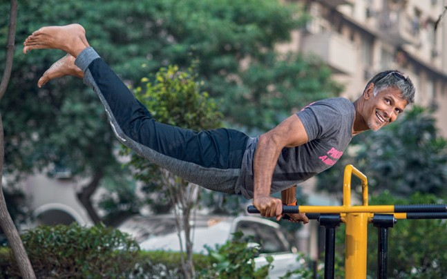"""মিলিন্দ সুমনৰ ১ মিনিটত কিমান """"pushups""""? 1"""