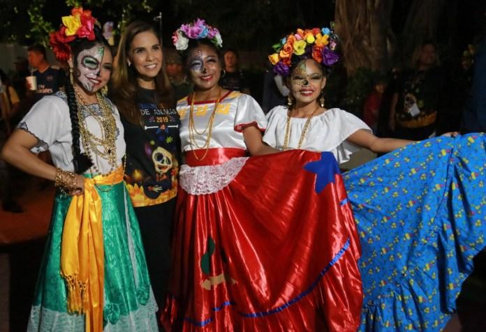 Colorida fiesta en el panteón municipal Los Olivos.