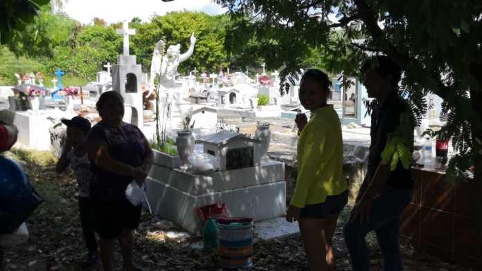 Familias mantienen los sepulcros en buen estado.