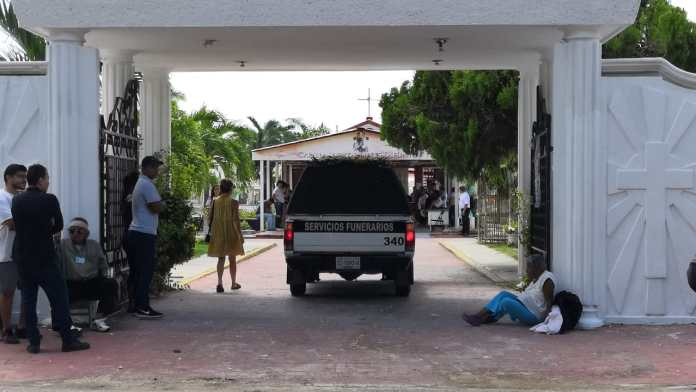 Ingresa una carroza fúnebre al panteón municipal