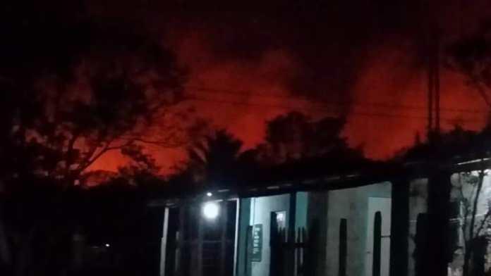 Las llamas del incendio forestal iluminan la noche