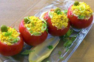 Tomates recheados com atum e ovo