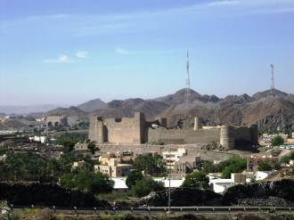 Bahla Fort with the mountains in the background.