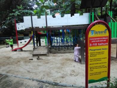 playground di tengah sekolah