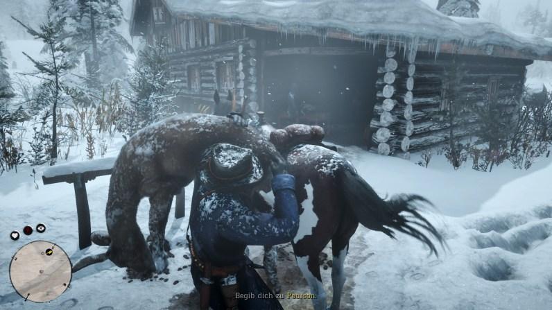Red Dead Redemption 2: Detailverliebt: Der Schnee auf Kleidung und Pferd schmilzt langsam, wenn wir Räume betreten.