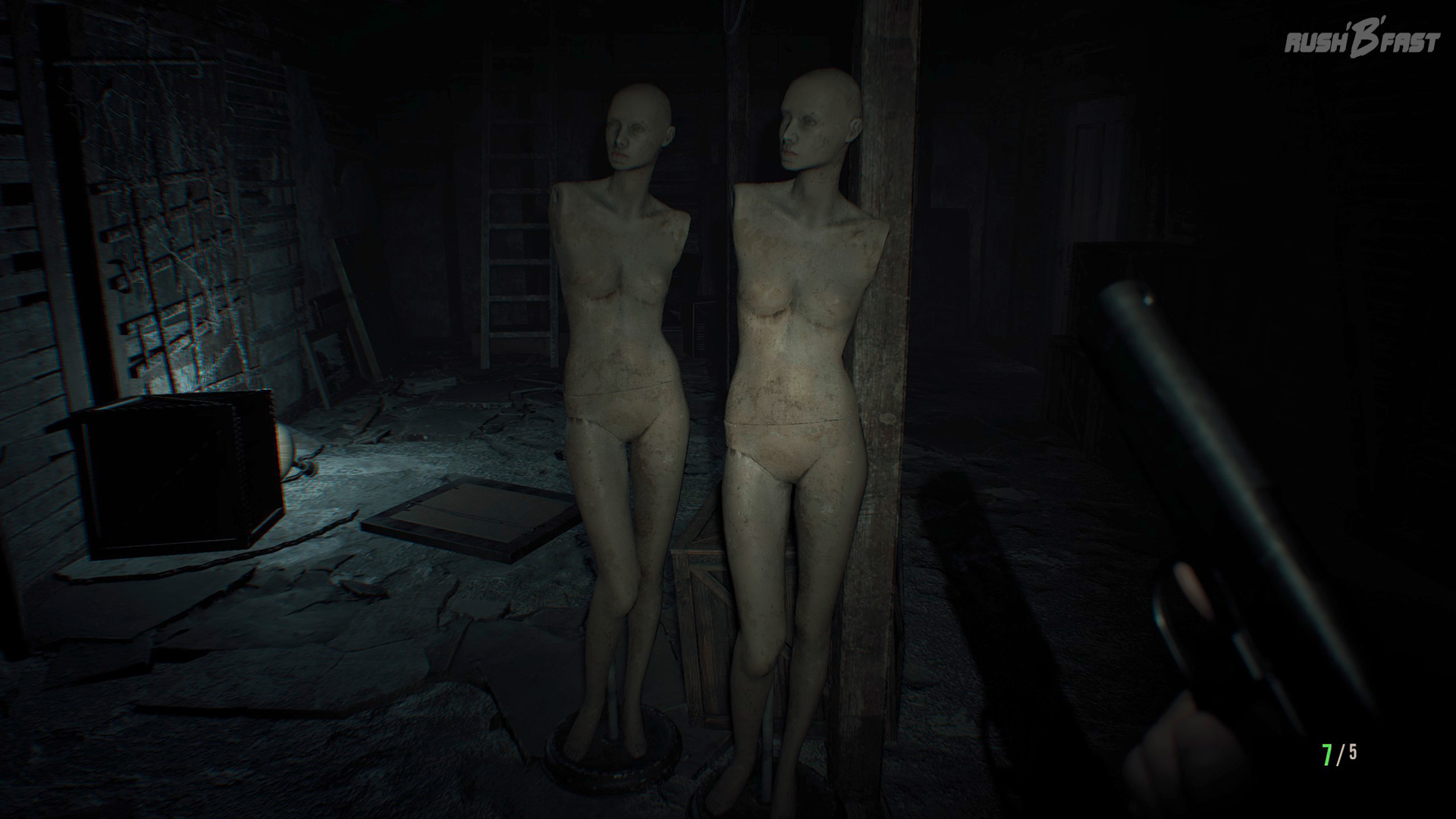 Resident Evil 7 - Auf dem Dachboden stehen zwei Schaufensterpuppen, wie die auf dem Schreibtisch in Resident Evil 2 (Remake).