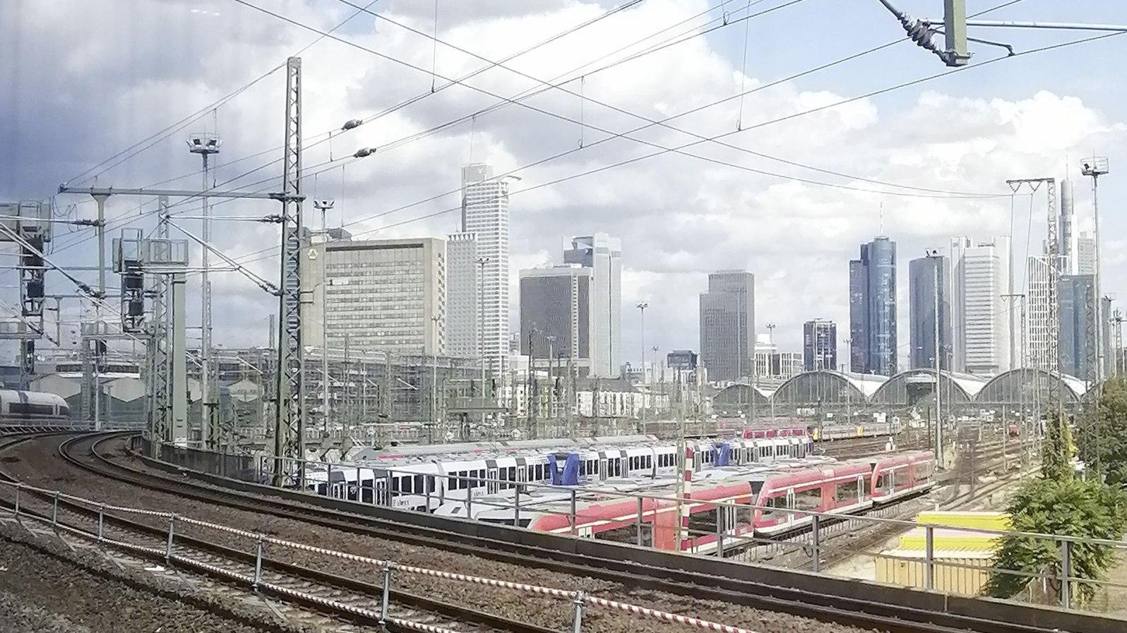 Mit reichlich Verspätung erreiche ich den Zwischenstopp Frankfurt am Main.