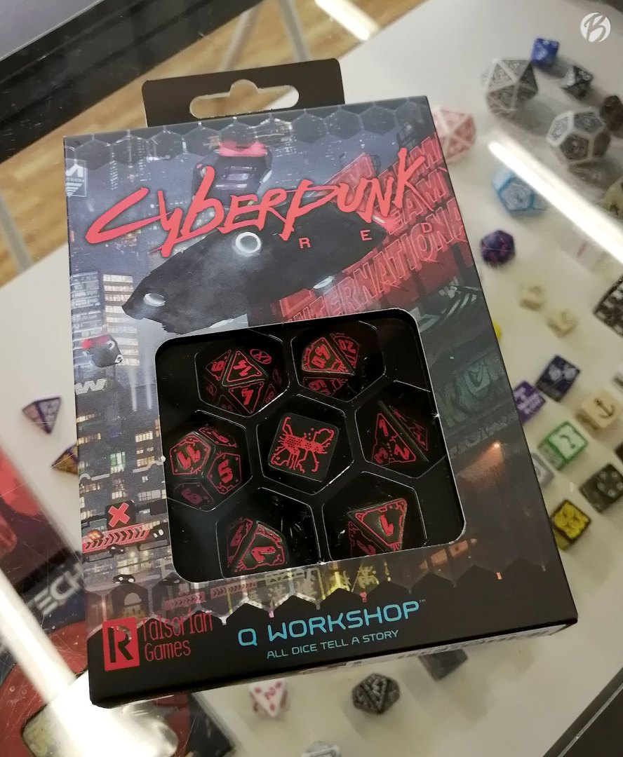 """Mit diesem Würfelset von Q Works macht das Pen & Paper Spiel """"Cyberpunk RED"""" noch mehr Spaß."""