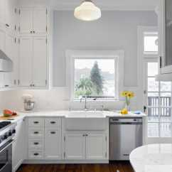 Kitchen Console Cheap Gadgets Eastlake 这个厨房是现代化的 同时无缝地恭维家里原来的东湖细节 新橱柜包括一个内置的角落控制台与微妙的集成早餐柜台 酒柜 食品柜和冰箱 厨房的脆传统设计包括地铁瓷砖