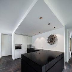 Kitchen Console Outdoor Accessories Sale Cityloft 控制台与用于厨房元素的黑色材料相匹配 从而将其传输到上层 光盘架已经集成到半高的干墙栏杆 在那里 就像在一个音乐商店 可以搜索收藏 大约 30平方米的露台是对