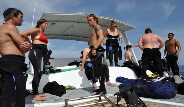 Pre_boat_dive_briefing