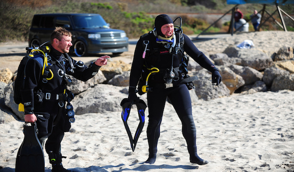Scuba_diver_geared_up_on_the_beach
