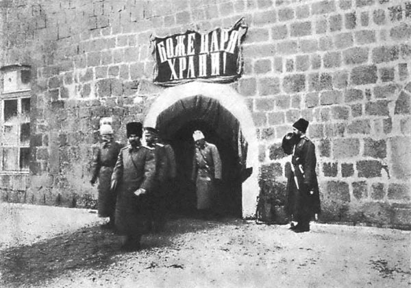 Государь Николай II обходит помещения гарнизона крепости Карс. 1914 г.