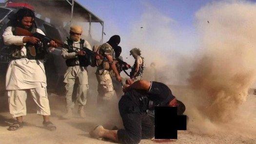 Снимка от Туитър аканта на медия свързана с ИДИС - Al Baraka News. Войници от иракската армия са екзекутирани на сирийско-иракската граница. (AFP)