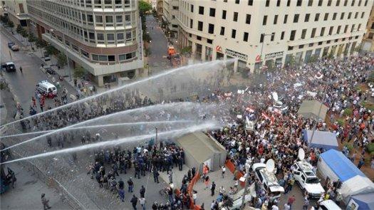 Полицията в Бейрут използва водни оръдия срещу протестиращи на 22 август. Снимка: EPA