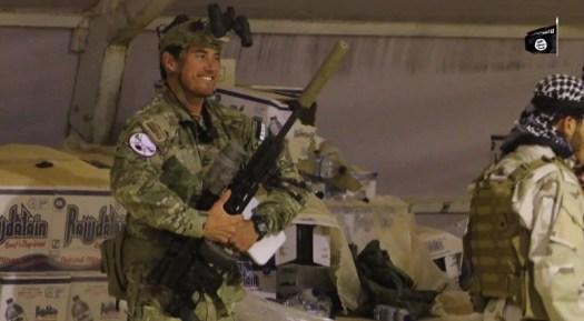 """Скрийншот от пропагандно видео на """"Ислямска държава"""", озаглавено """"Бог ще бъде достатъчен срещу тях"""" [فسيكفيكهم الله] - заснето след провала на опита за завземане на Букамал от Новата сирийска армия и съюзните им сили - публикувано на 27 юли 2016. На видеото е показан съветник от американските специални части, носещ същия знак."""