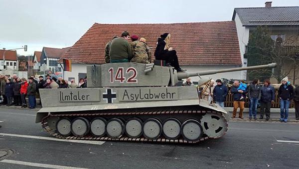 v-bavarii-razrazilsya-skandal-iz-za-antimigrantskogo-tanka-na-karnavale