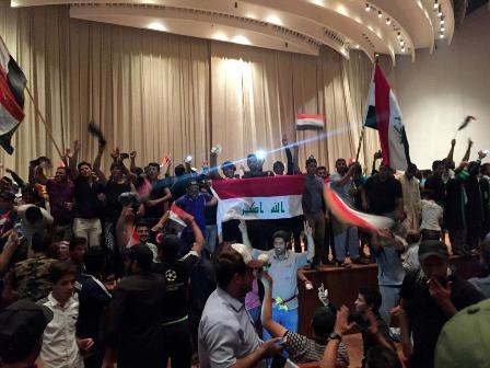 Антиправительственные демонстранты в парламенте Ирака.