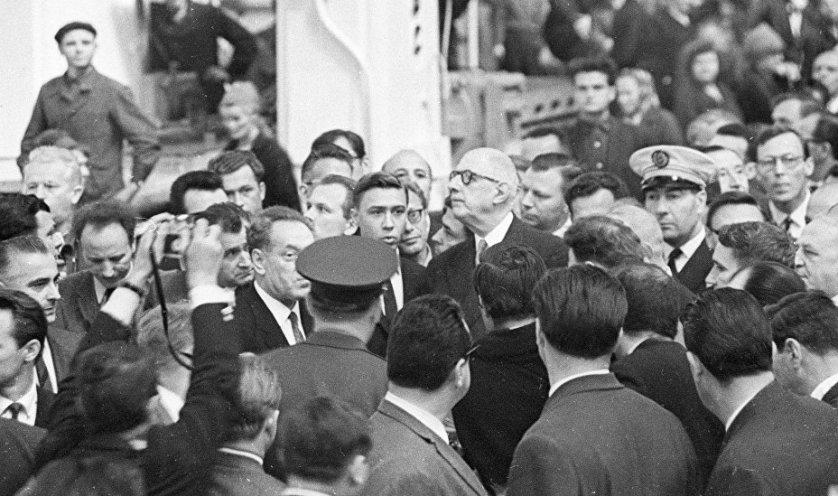 """Шарль де Голль во время встречи с рабочими завода """"Сибэлектротяжмаш"""" в Новосибирске. Июнь 1966 года"""