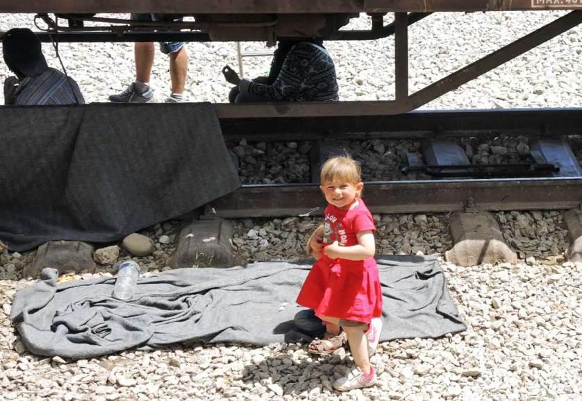 Дети на железнодорожных путях рядом с закрытой греко-македонской границей