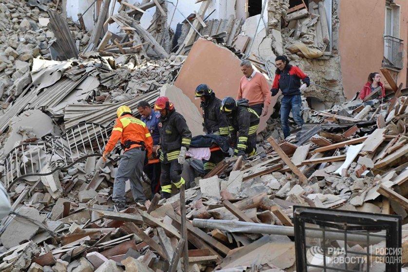 Сильное землетрясение магнитудой 6,0 произошло в ночь на среду в центральной части Италии. По последним официальным данным, в результате стихийного бедствия погибли 267 человек. Наибольшее число жертв в городе Аматриче - 207 человек.