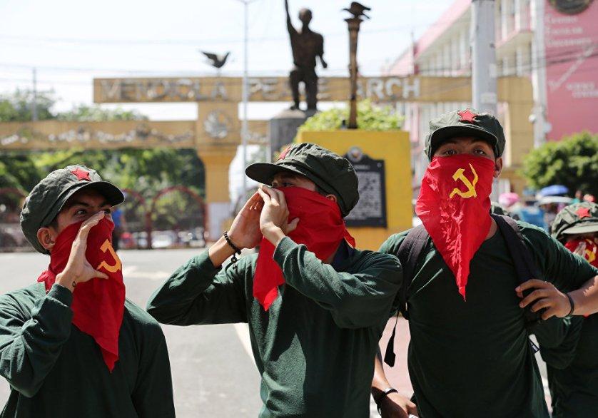 Участники митинга Коммунистической партии Филиппин президентского дворца в Маниле. 20 августа власти Филиппин приняли предложение боевиков-маоистов об установлении перемирия перед началом переговоров. Война между правительственными войсками и маоистами идет на Филиппинах больше четырех десятилетий и уже привела к гибели более 40 тысяч человек.