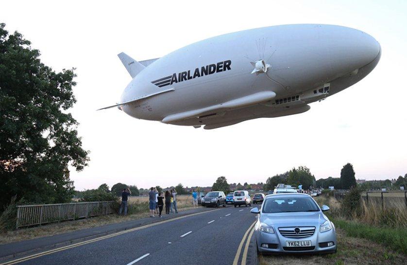 В Великобритании состоялось испытание самого большого из действующих воздушных судов в мире Airlander 10, который представляет собой отчасти самолет, отчасти воздушный корабль.
