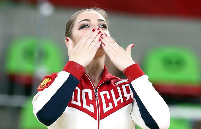 Россиянка Алия Мустафина стала обладательницей золотой медали летней Олимпиады-2016 в упражнениях на брусьях в соревновании по спортивной гимнастике. Российская спортсменка заработала 15,900 балла.