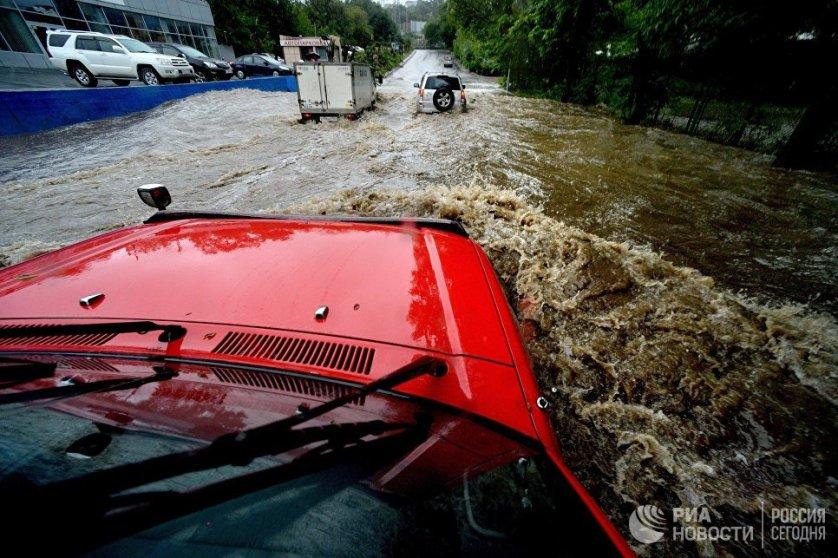 На подтопленной проливными дождями улице во Владивостоке. 25 августа в Приморье прошел сильный дождь с грозами и шквалистым усилением ветра.