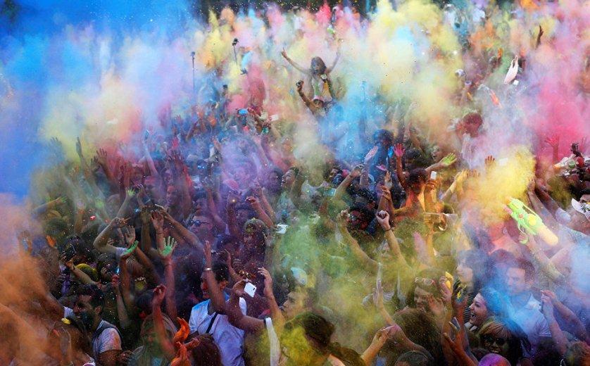 Участники фестиваля Monsoon Holi в Мадриде, Испания.
