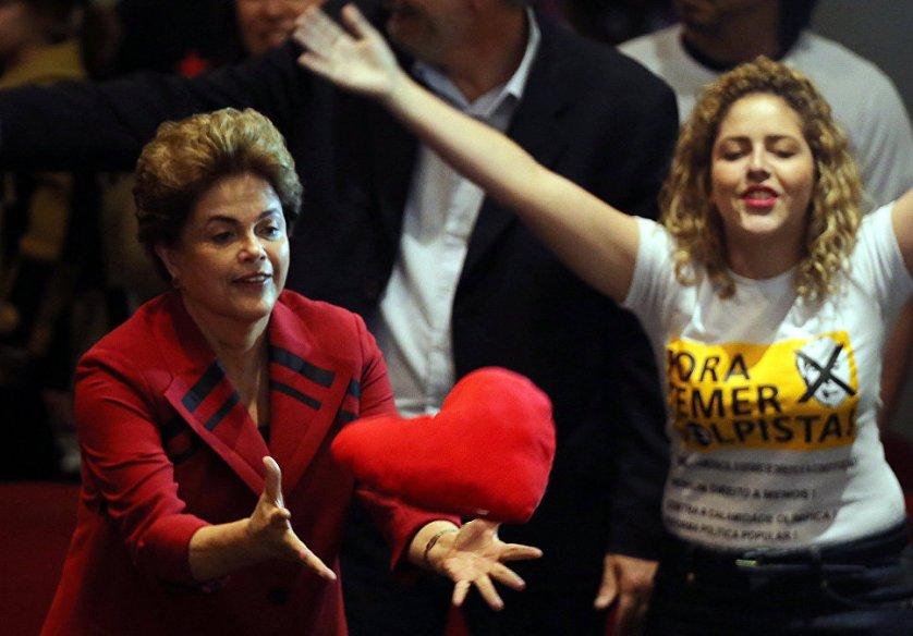Дилма Роуссефф во время встречи с сторонниками демократического движения в Сан-Паулу. Верхняя палата парламента Бразилии начала в четверг рассмотрение вопроса об импичменте президента страны.