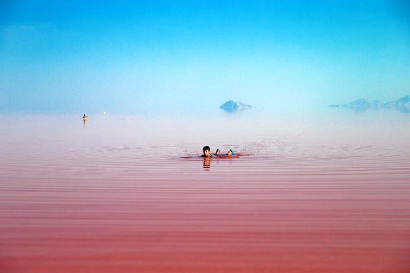 Пейзажи, окружающие озеро, поражают воображение своей суровой и спокойной красотой.