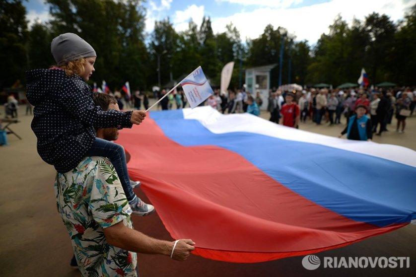 Празднования Дня государственного флага Российской Федерации в Центральном парке Новосибирска.