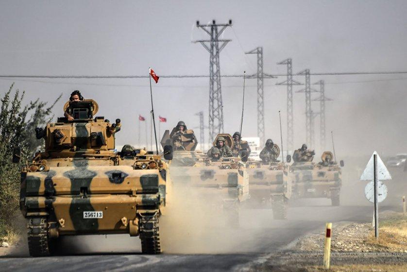 """Танки турецкой армии в 5 км к западу от города Каркамыш, находящегося на турецко-сирийской границе. Турецкая армия при поддержке авиации международной коалиции атаковала позиции боевиков """"Исламского государства"""" (ИГ, запрещена в России) на севере Сирии. Дамаск осудил вторжение турецких танков и бронетехники на территорию страны и считает эти действия нарушением суверенитета."""