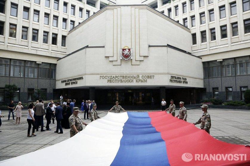В праздничных мероприятиях на площади перед крымским парламентом, приуроченных ко Дню государственного флага РФ, приняли участие сотни крымчан.