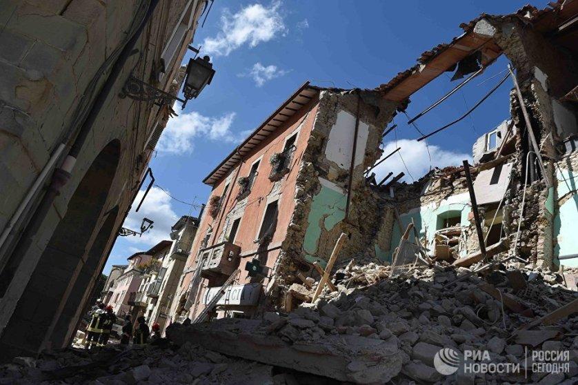 """Мэр Аматриче Серджо Пироцци сообщил, что практически половина города, в котором проживали около трех тысяч человек, """"более не существует""""."""